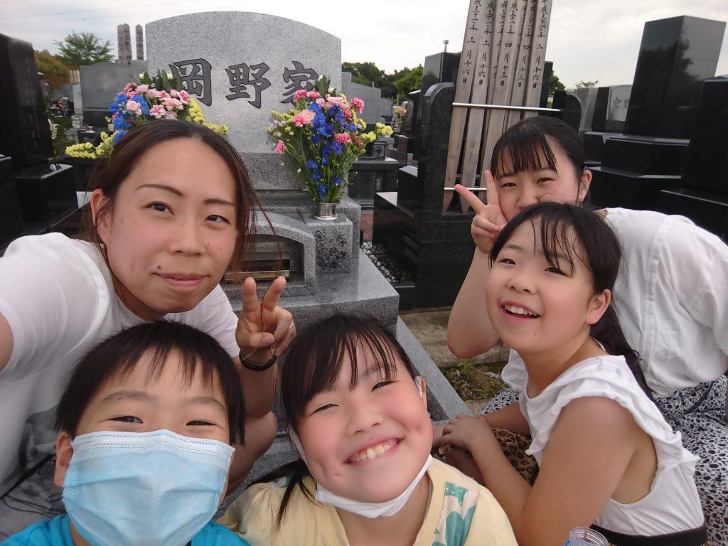 岡野さんお墓の前で