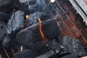 バーベキューの火起こし