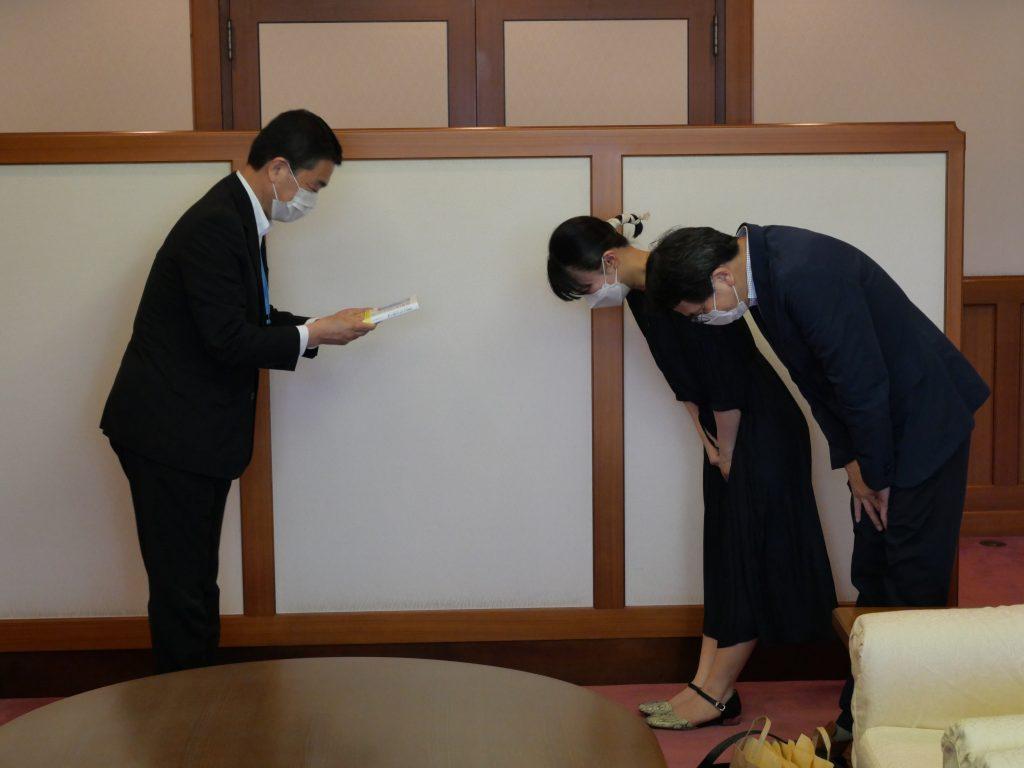 宮城県知事へ東日本大震災遺児作文集『お空から、ちゃんと見ててね。』を贈呈しました
