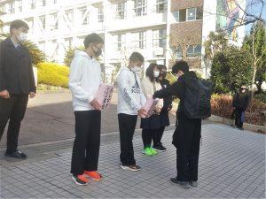 大阪・中学生が手作り募金箱持ち募金呼びかけ